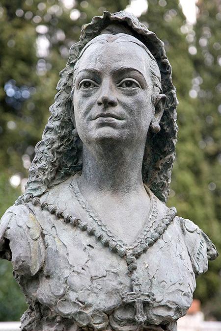 Condesa de la Vega del Pozo, escultura de Sanguino en Fernández Iparraguirre