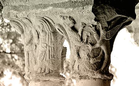 Capitel de los monstruos en la iglesia románica de Sauca