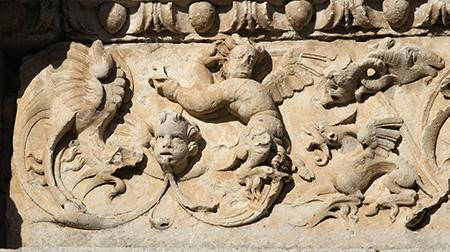 Grutescos renacentistas en la portada de la iglesia de El Cubillo de Uceda en Guadalajara
