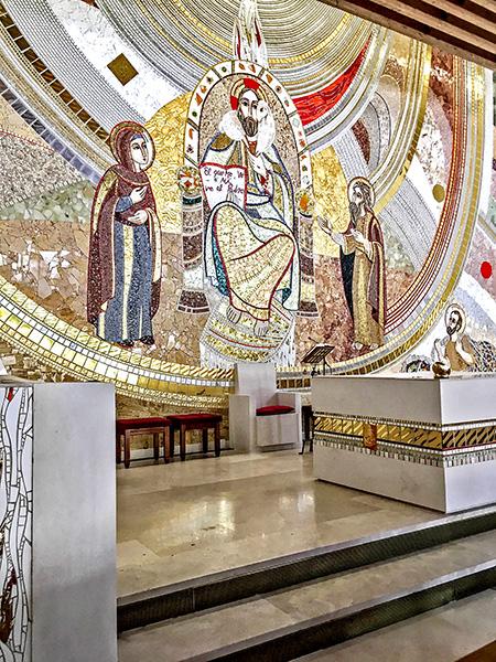 Interior de la Iglesia de El Salvador, con un mosaico de Rupnik
